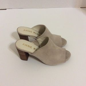 NWOT Anne Klein Light Gray Peep Toe Clogs